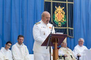 El comandante naval de Valencia, Enrique Zafra, en su loa marinera a la Virgen del Carmen. Foto de Manolo Guallart.