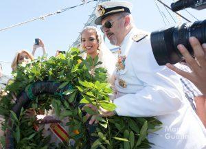 Alicia Moreno (FMV) y Enrique Zafra (comandante naval) lanzan la corona de laurel al mar. Foto de Manolo Guallart.