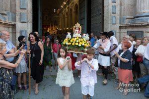 """El """"Jesuset del Carmen"""" portado por los niños de la cofradía. Foto de manolo Guallart."""