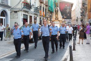 Miembros del Cuerpo de Bomberos de Valencia escoltando a la Virgen del Carmen. Foto de Manolo Guallart.