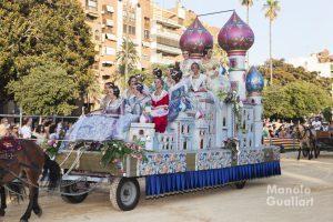 Falleras preseleccionadas en una carroza de la Batalla de Flores 2015. Foto de Manolo Guallart.