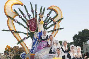 """La """"Bellea del Foc"""" de Alicante con sus Damas de Honor en la carroza ganadora en 2015. Foto de Manolo Guallart."""