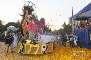 El paco municipal en plena batalla floral con los medios de comunicación al acecho. Foto de Manolo Guallart.
