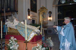 El párroco, José María Calza, incensa la imagen de la Dormición de María. Foto de Rafa Montesinos.