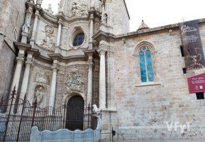 Puerta de los Hierros de la Catedral de Valencia. Arriba, a la izquierda, en el Miguelete, una flecha indica la ventana gótica. Foto de Manolo Guallart.