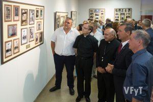 Visita a la exposición fotográfica. Foto de Manolo Guallart.