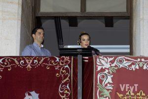 Gemma Montoliu invitó a las Fiestas de Paterna desde el balcón del ayuntamiento. Foto de Manolo Guallart.
