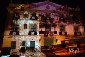 Montaje audiovisual en la facha del Ayuntamiento de Paterna. Foto de Manolo Guallart.