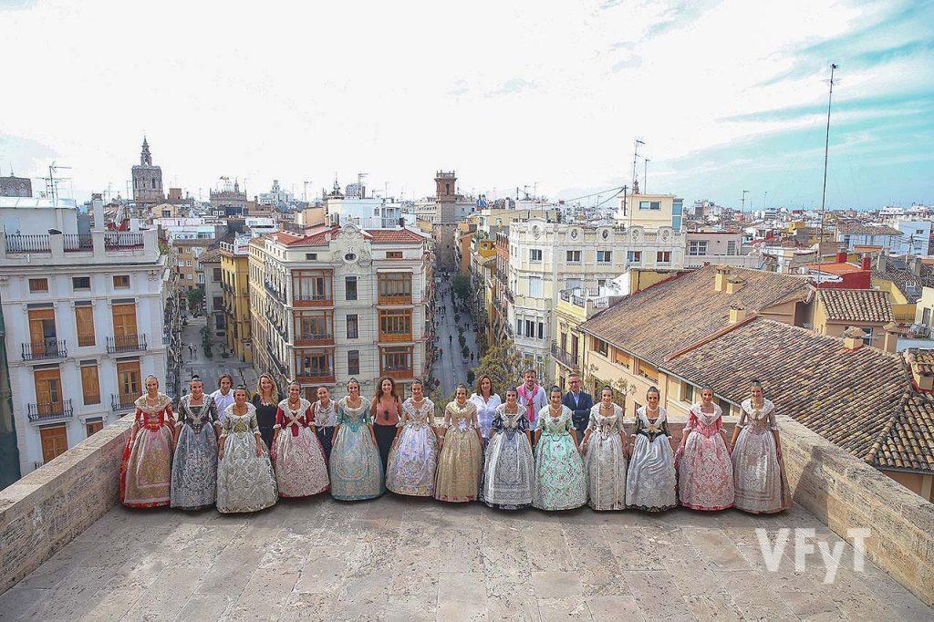 Las candidatas a Fallera Mayor de Valencia en las Torres de Serranos. Fotografía de Junta Central Fallera.