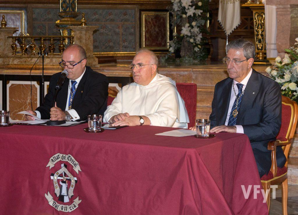 Javier Doménech (izda.), presentando a Fray Vito Tomás Gómez. Foto de Manolo Guallart.