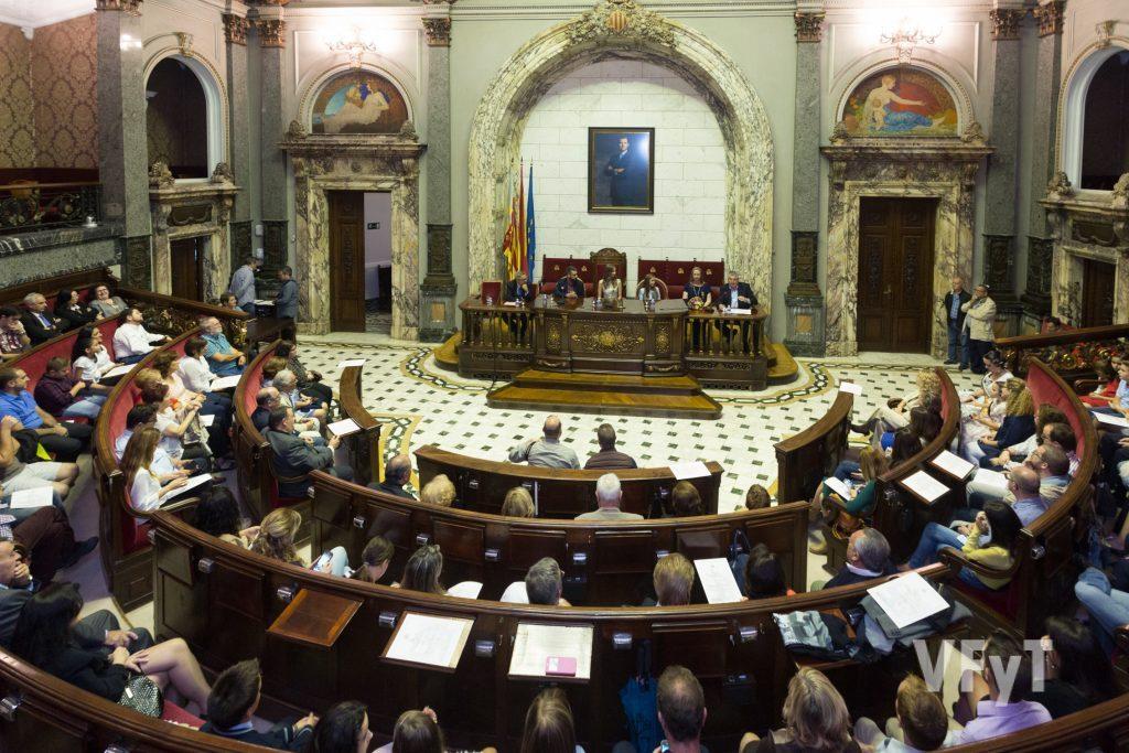 """El Hemiciclo del Ayuntamiento de Valencia en la entrega de los Premios """"Cruces de Mayo"""" de Lo Rat Penat. Foto de Manolo Guallart."""