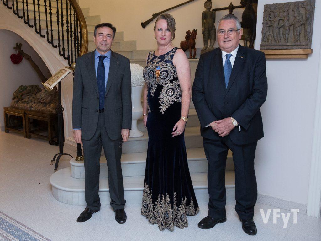 Vicent Navarro (presidente dels Jocs Florals), la Regina Bettina Vöhringer y Enric Esteve (presidente de Lo Rat Penat). Foto de Manolo Guallart.