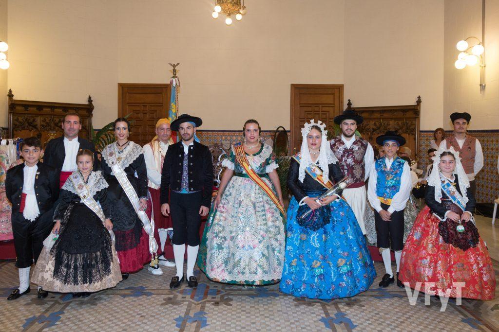 Ester Vicent acompañada por representantes de las fiestas principales de Castellón y Alicante . Foto de Manolo Guallart.