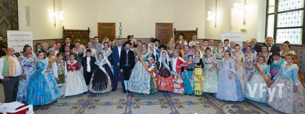 Fotografía de grupo con todos los representantes festivos en el acto de la exaltación de la Reina de l´Horta. Foto de Manolo Guallart.