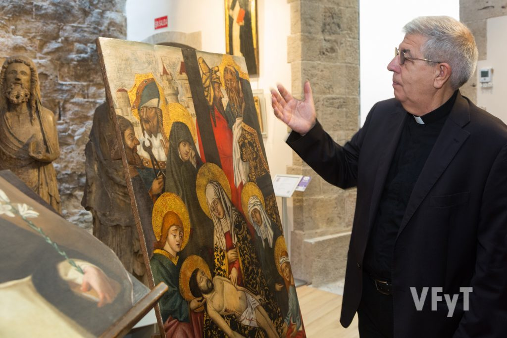 """Jaime Sancho, canónigo conservador de la catedralm, explica detalle del """"Descendimiento"""". Foto de Manolo Guallart."""