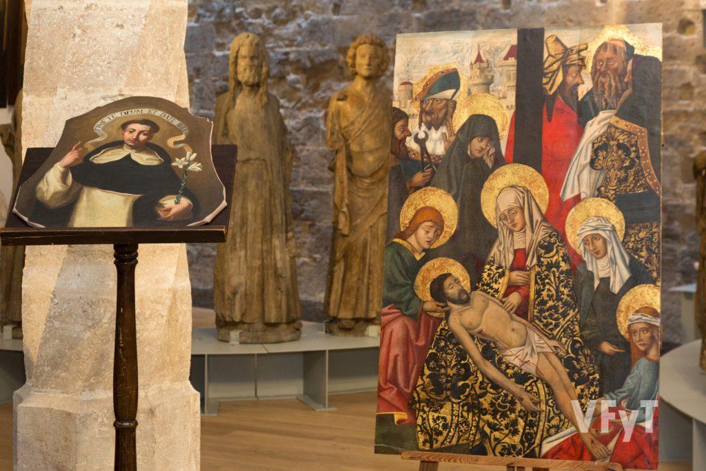 """El óleo de San Vicente Ferrer y la tabla del """"Descendimiento de Cristo de la Cruz"""". Foto de Manolo Guallart."""