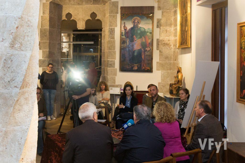 Aspecto de la rueda de prensa con la tabla de San Pablo al fondo. Foto de Manolo Guallart.