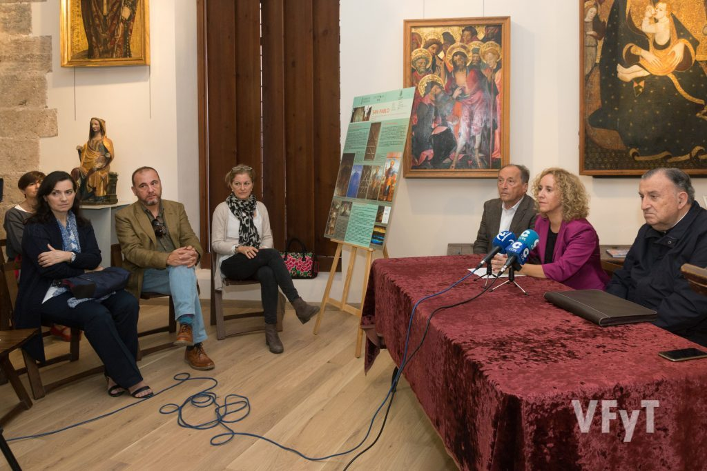 Gemma María Contreras (subdirectora del IVC+R) explicando detalles del trabajo realizado ante los tres restauradores. Foto de Manolo Guallart.