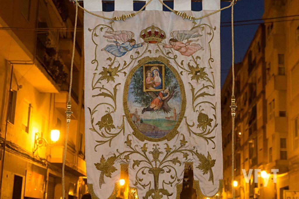 Estandarte de la Virgen de Monteolivete en la procesión nocturna. Foto de Manolo Guallart.
