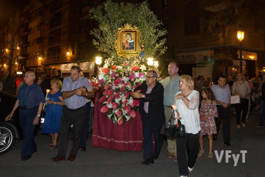 Momento de la solemne procesión de Nuestra Señora de Monteolivete por su barrio de Valencia. Foto de Manolo Guallart.