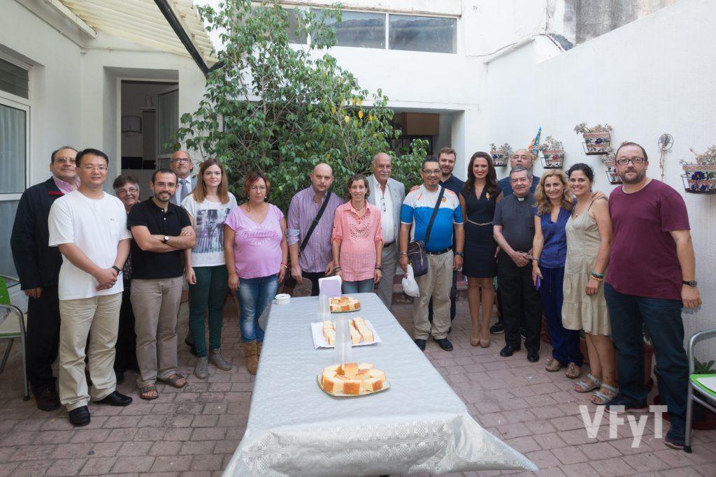 """Con voluntarios y residentes en """"Vilafarell"""" (Burjassot) de la Fundación MAIDES. Foto de Manolo Guallart."""