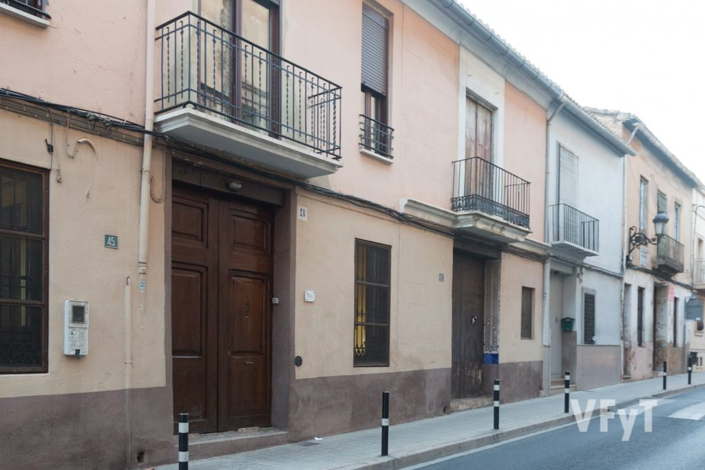 "Fachada de ""Vilafarell"" en la calle Blaco báñez nº 45 de Burjassot. Foto de Manolo Guallart."