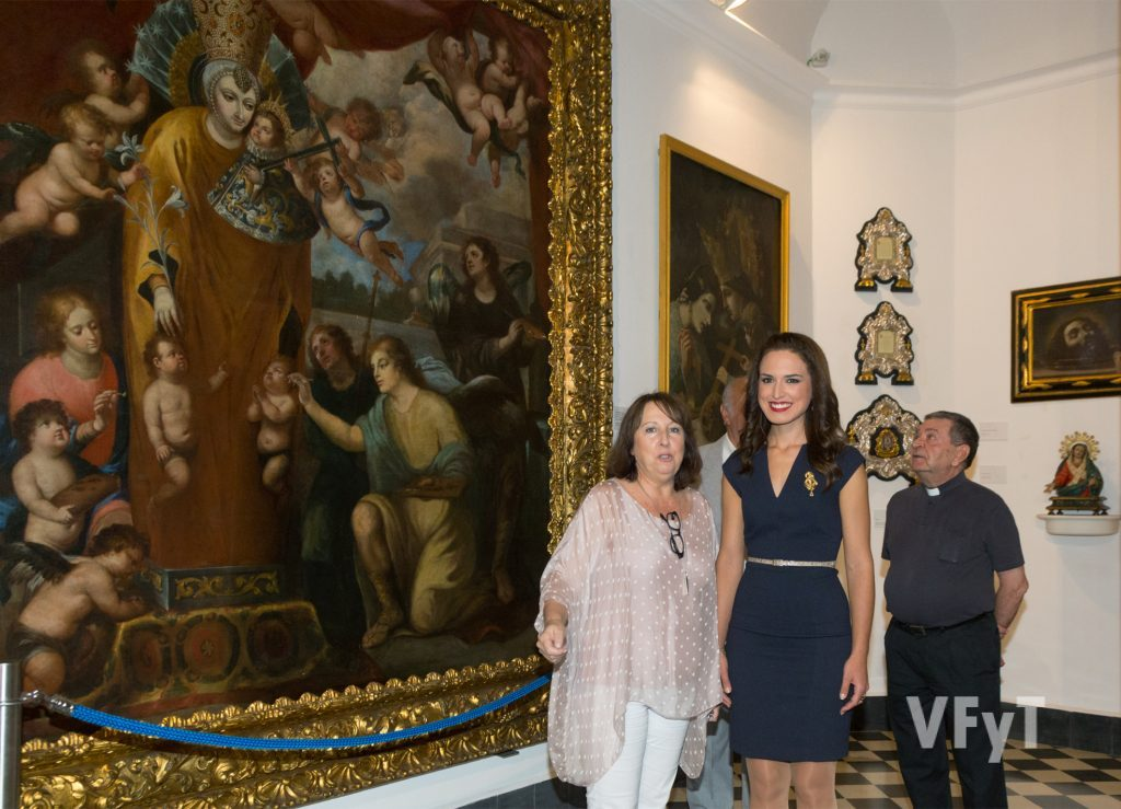 Mª Ángeles Gil, museóloga del MUMA, explicando detalles del museo a la Fallera Mayor de Valencia, Alicia Moreno. Foto de Manolo Guallart.