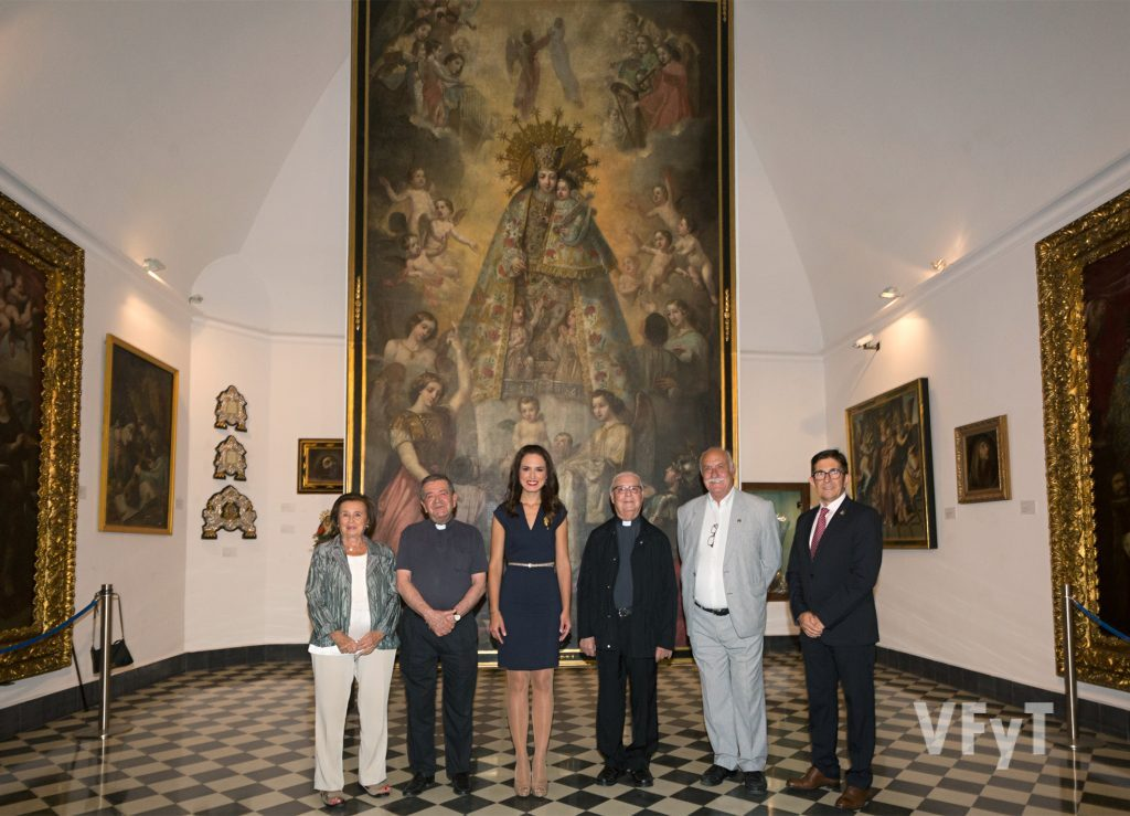 Mª Ángeles Serrano, José Máximo Llledó, Alicia Moreno, Juan Bautista Antón, Juan Aruto de Devís y Daniel Buj en el Museo Mariano. Foto de Manolo Guallart.