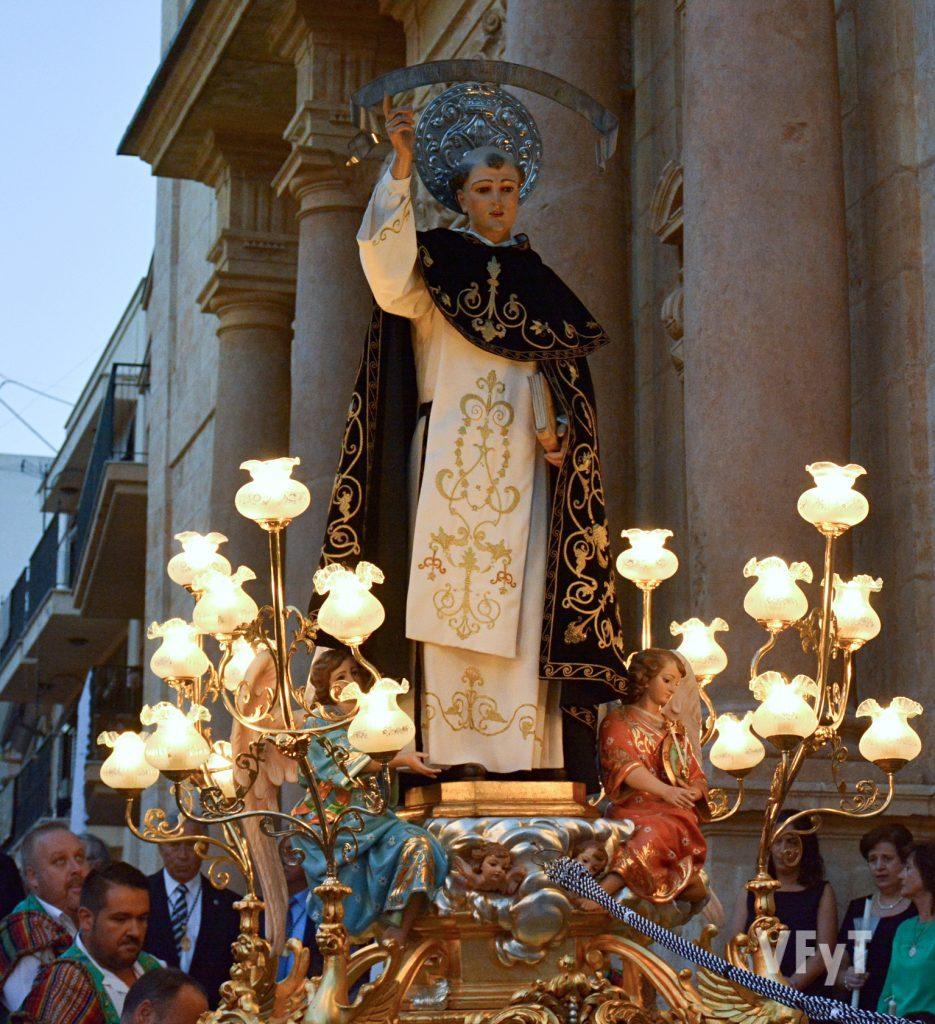 Salida de San Vicente Ferrer de la parroquia de la Asunción en Lliria. Foto de Vicente Almenar.