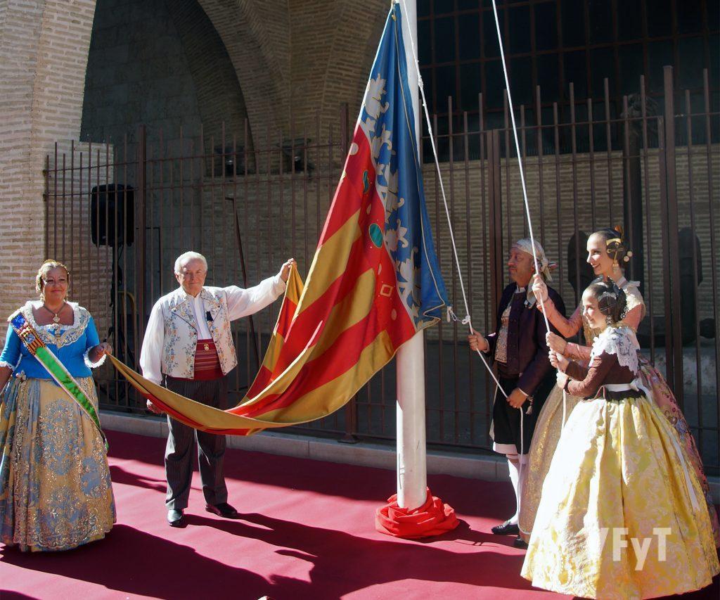 Las Falleras Mayores de Valencia, Raquel Alario y Clara María Parejo, izaron la Real Senyera. Foto de Antonio Cerveró.