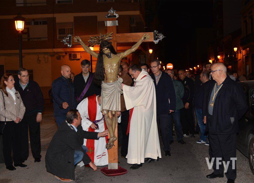 Cristo del Salvador y del Amparo en una de sus tradicionales paradas durante la procesión por el Cabanyal. Fotografía de Rafa Montesinos.