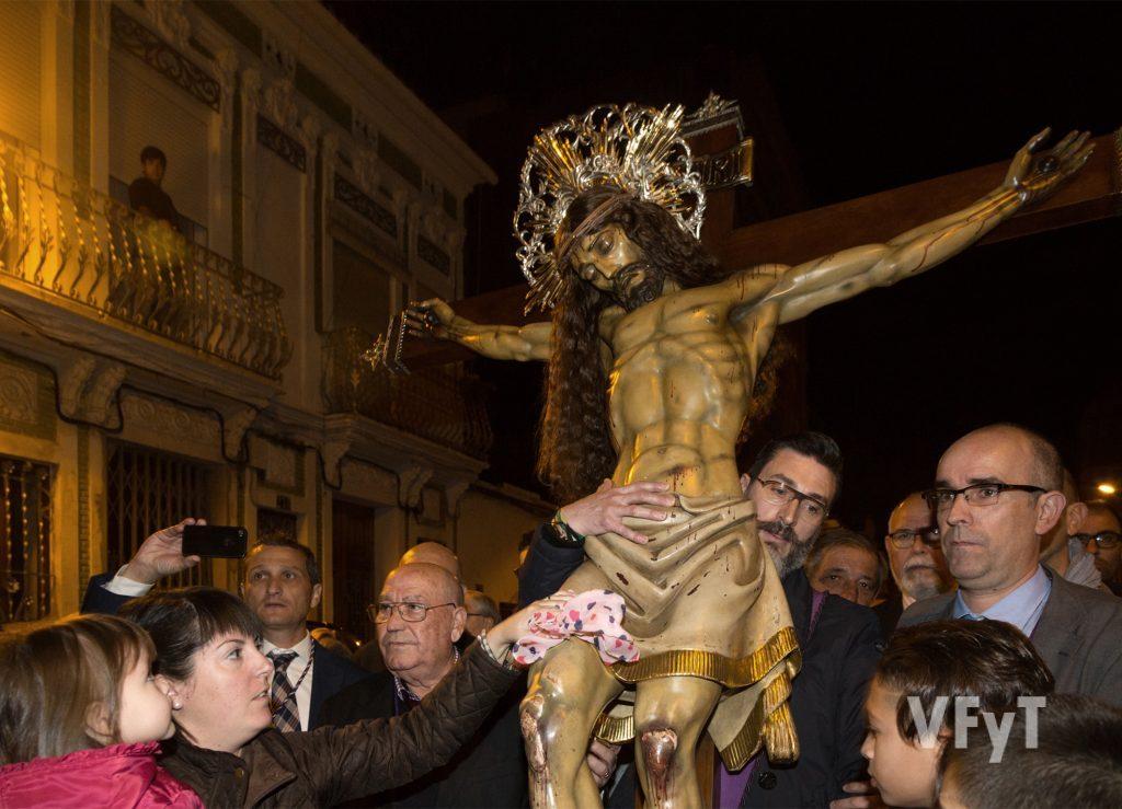 El Cristo del Salvador en su procesión por el barrio del Cabanyal. Fotografía de Manolo Guallart.