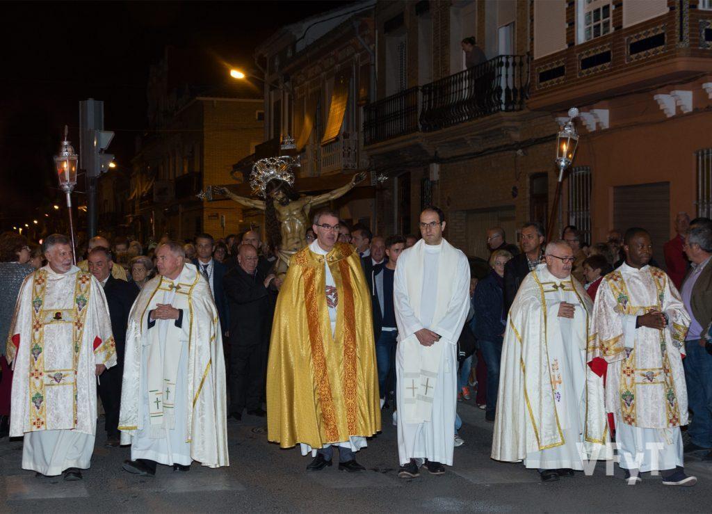Sacerdotes en la procesión del Cristo del Salvador en su procesión del 75º aniversario. Fotografía de Manolo Guallart.