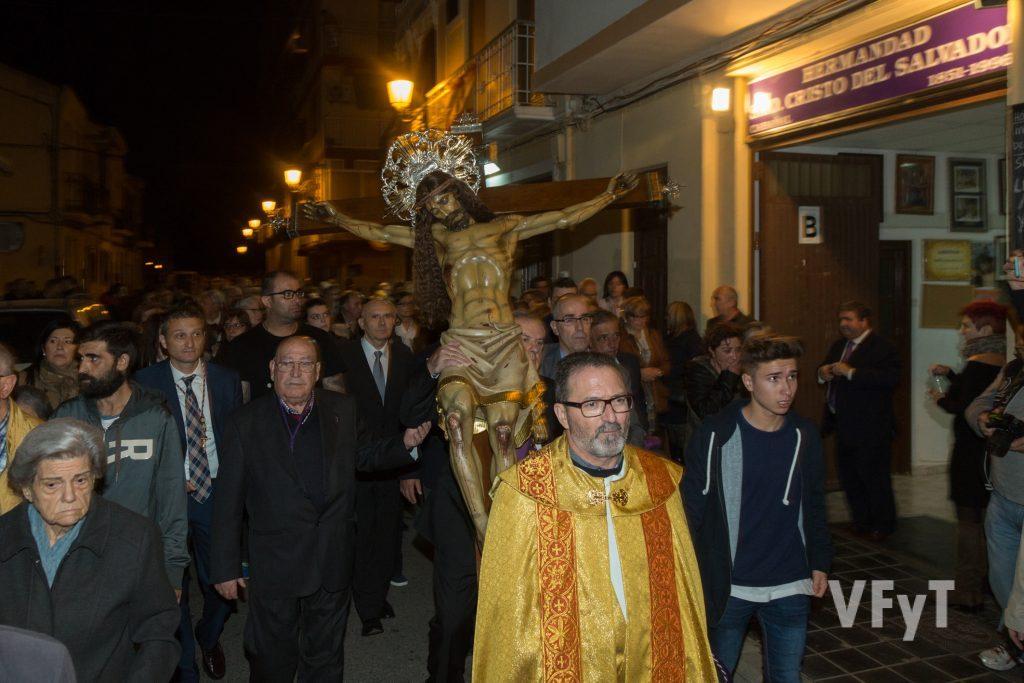 El paso del Cristo del Salvador por delante de la sede de su cofradía, precedido por el párroco Jesús Cervera. Foto de Manolo Guallart.