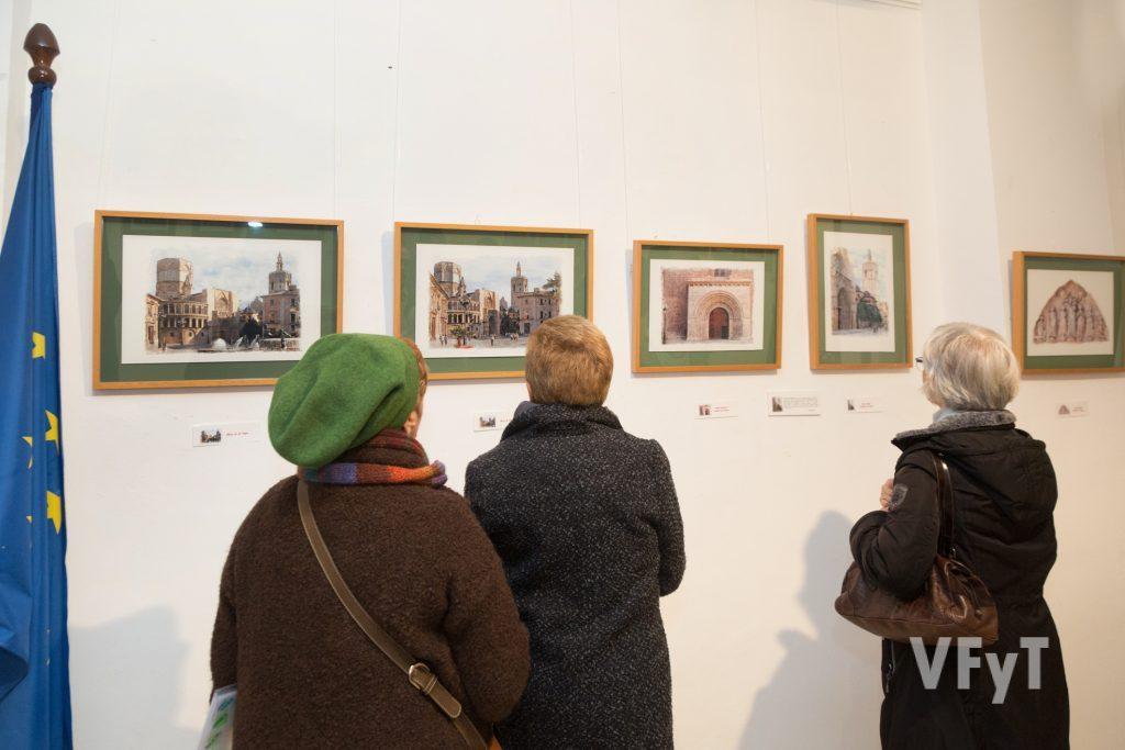 Visitantes en la exposición de Pedro Molero. Foto de Manolo Guallart.