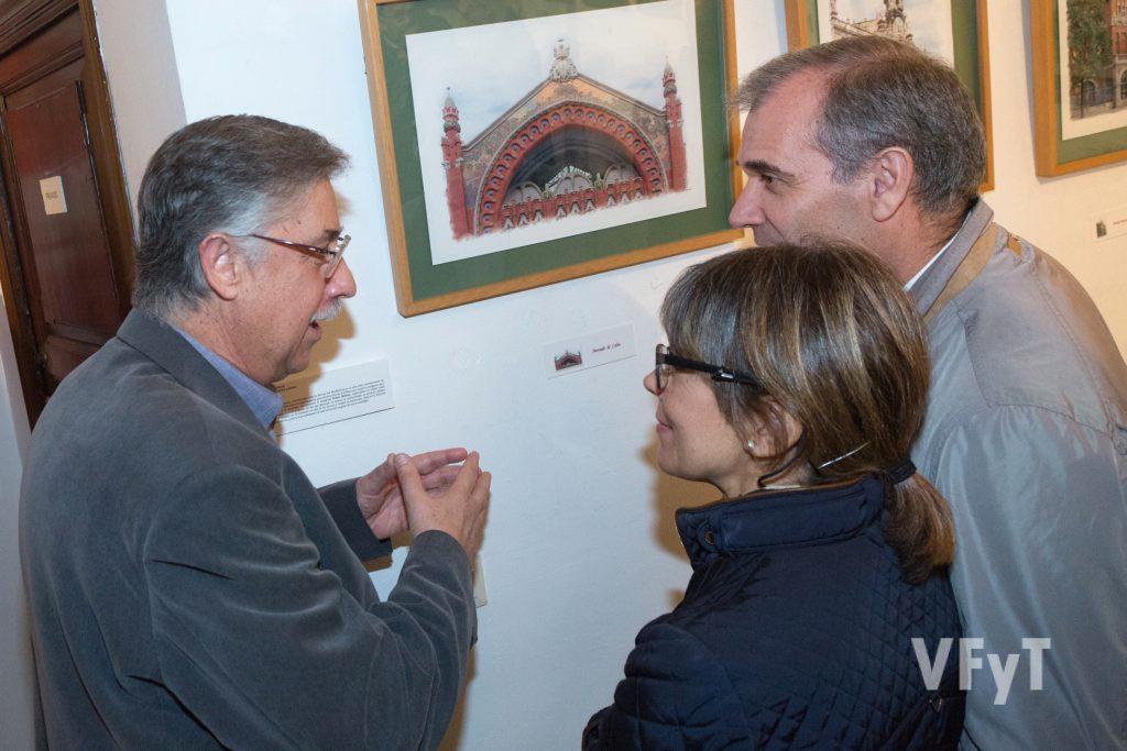 El artista Pedro Molero explica detalles de su obra en la exposición. Foto de Manolo Guallart.