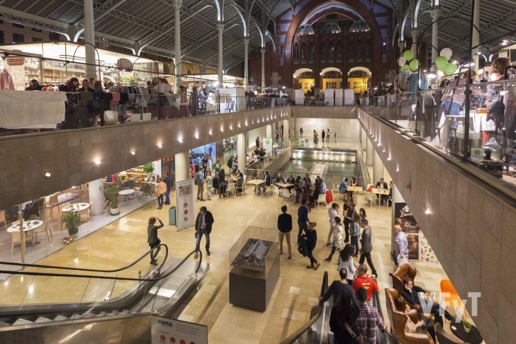 Ambiente comercial en el Mercado de colón (Valencia). Foto de Manolo Guallart.