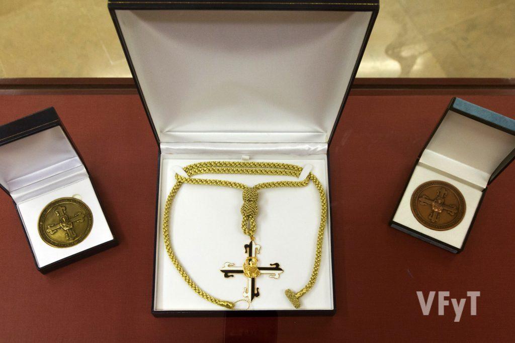 Cruz de los Caballeros Jurados con medallas del Capítulo. Foto de Manolo Guallart.