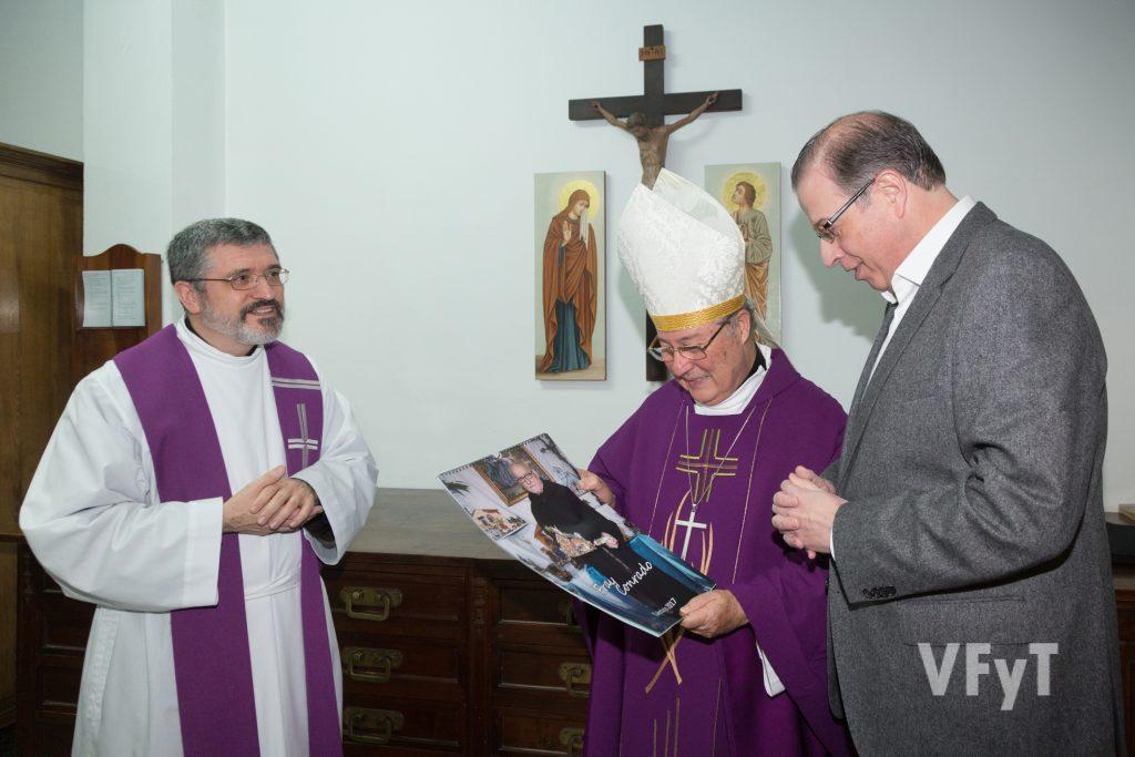 Fernando Sánchez (presidente de los Amigos de San Antonio) entrega al obispo Esteban Escudero el calendario dedicado a Fray Conrado, en presencia del Padre Provincial de los Capuchinos, José Vicente Martínez.
