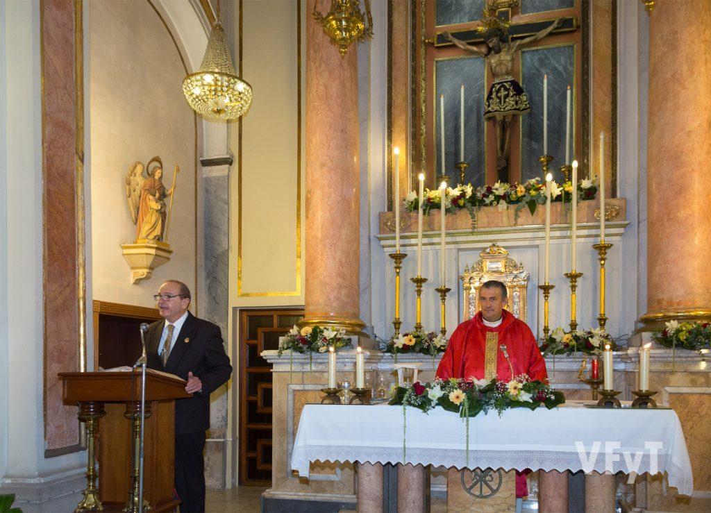Julio Crespo, presidente de la Cofradía del Cristo de la Fe, relatando la historia de la imagen. Foto de Manolo Guallart.