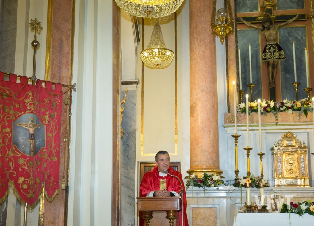 El párroco de Santa Mónica, José-Ricardo Albelda, en su homilía con el Cristo de la Fe en el altar. Foto de Manolo Guallart.