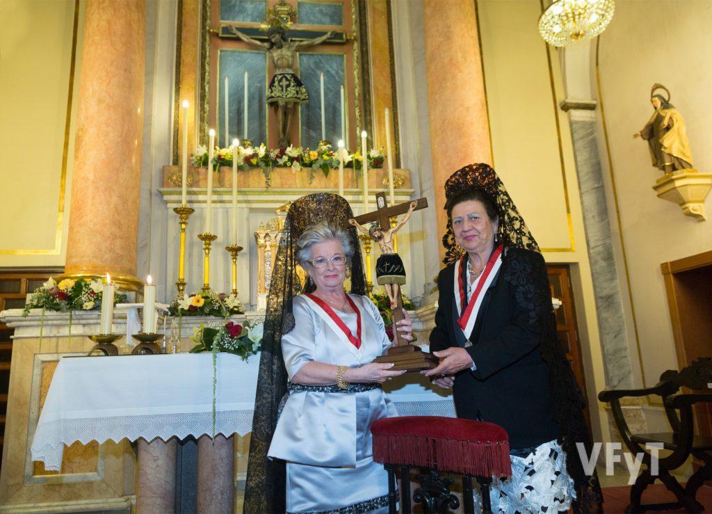Mª Carmen Cruces (izda.) recibe una reproducción del Cristo de la Fe a la Camarera de este año próximo. Foto de Manolo Guallart.