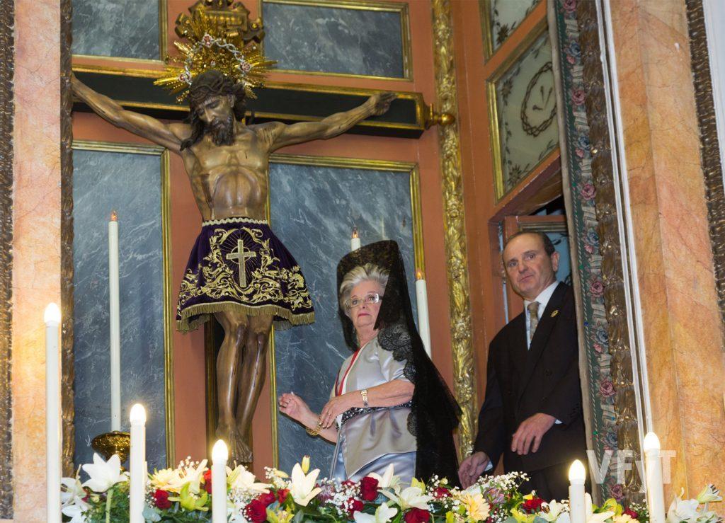 La Camarera Mª Carmen Crucese, en el camarín del Cristo de la Fe acompañada por su presidente. Foto de Manolo Guallart.