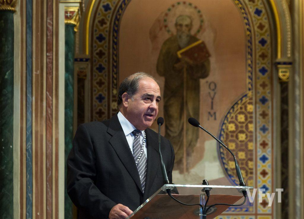 Miguel González como mantenedor del acto de proclamación de los nuevos clavarios del altar del Carmen. Foto de Manolo Guallart.