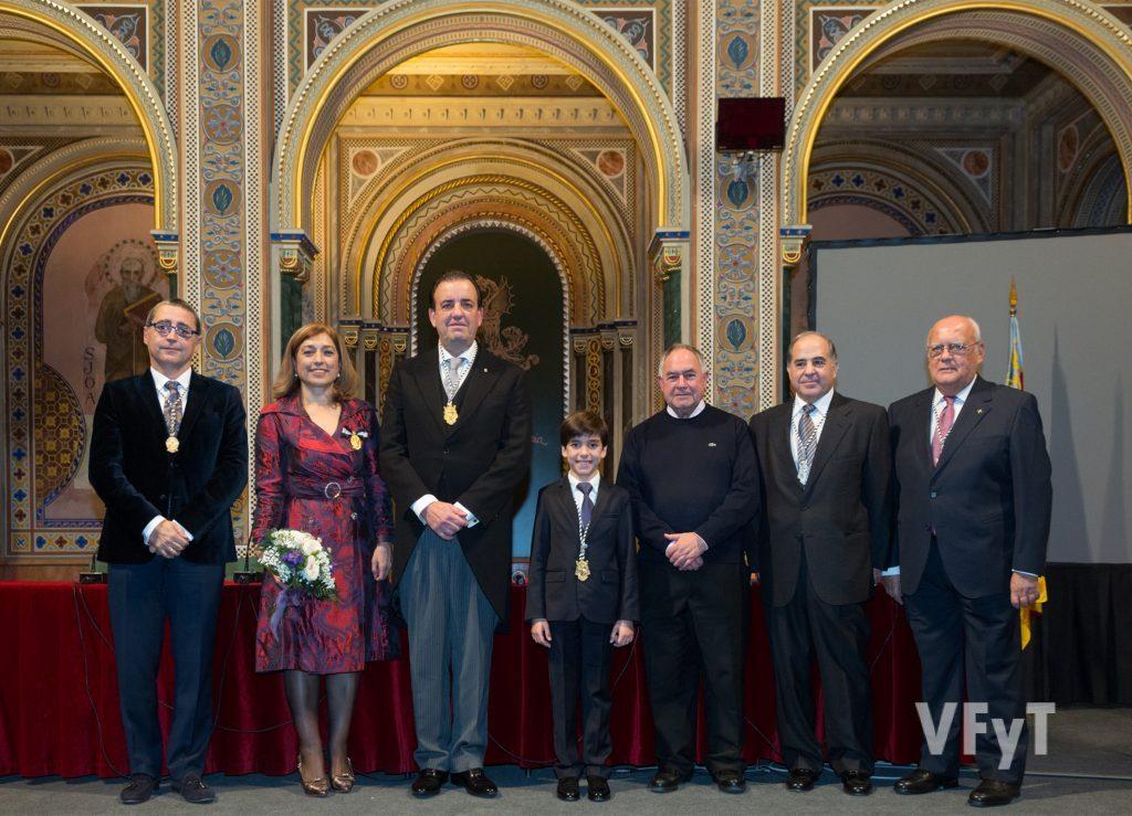 Santiago Ruiz (Vpte. de la JCV), María Falcón (Honorable Clavariesa), Francisco Villagrán, Rubén Hernández, José Sarrió ( Consiliario), Miguel González (Mantenedor) y José Miguel Gutiérrez (Presidente). Foto de Manolo Guallart.