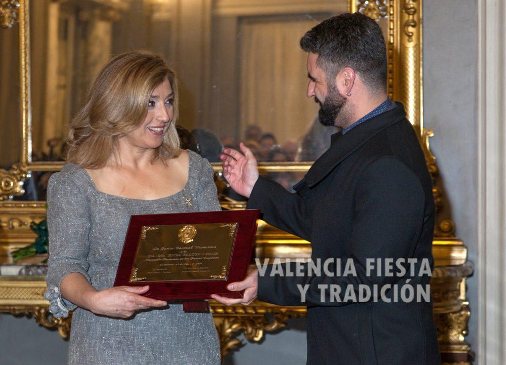 María Falcón recibe de Pere Fuset el nombramiento como Honorable Clavariesa.
