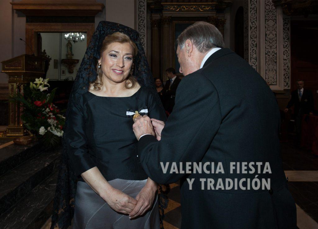 Recibiendo la medalla del Altar de la Pila Bautismal de manos de su presidente Luis Torres.