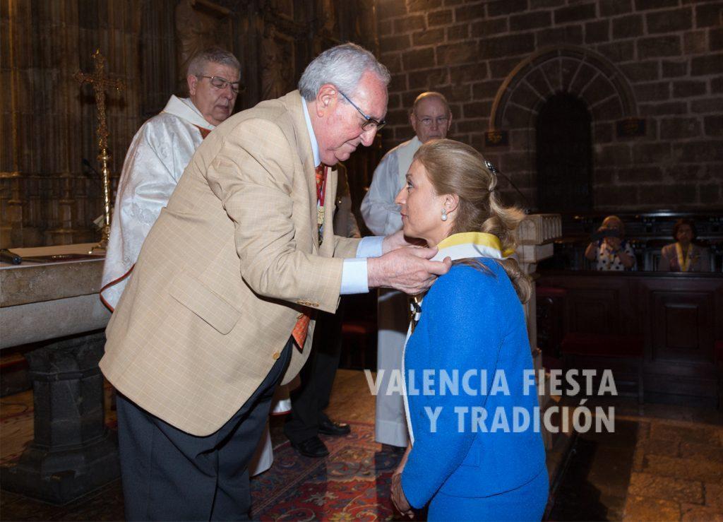 Recibiendo de manos del presidente Antonio Rossi la medalla como Dama de Honor de la Cofradía del Santo Cáliz.