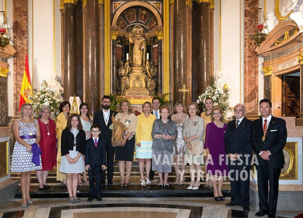 Con los clavarios y clavariesas mayores de los altares vicentinos en el antiguo convento de Santo Domingo tras recibir la imagen de San Vicente Ferrer.