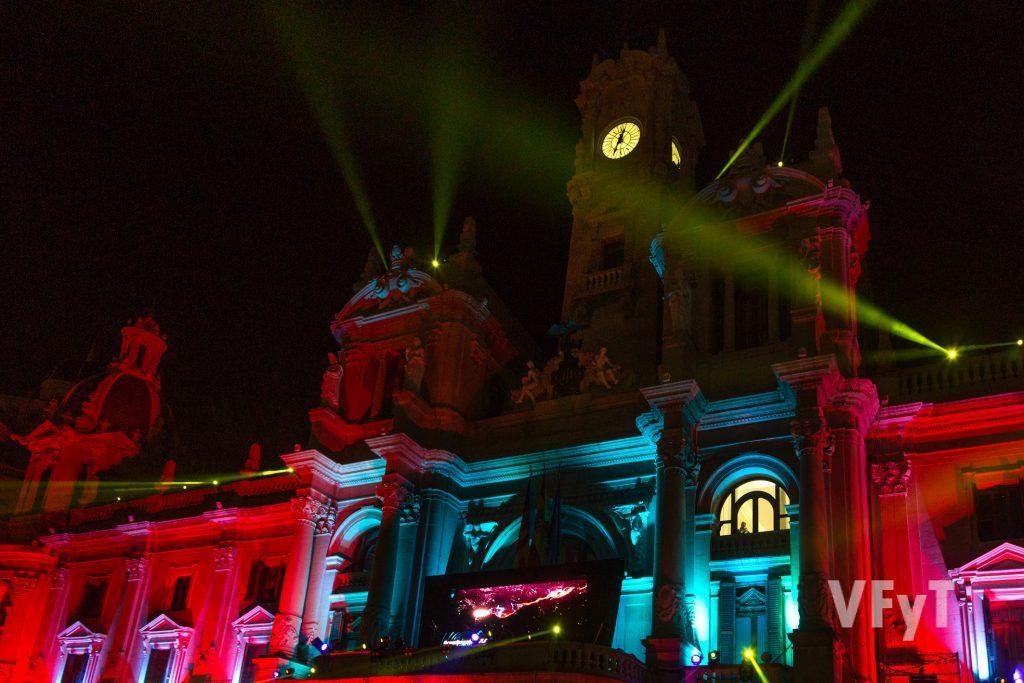 Espectáculo de iluminación en la facha del Ayuntamiento de Valencia y DJ en el balcón principal. Foto de Manolo Guallart,